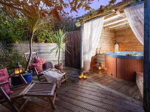 Stylish & Romantic Honey Hedge Cottage for 2 with Hot Tub in Lamorna Cove, Cornwall, England