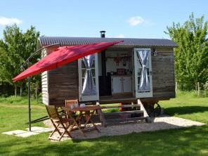 1 Bedroom Shepherd's Hut with Hot Tub near Lechlade, Oxfordshire, England