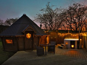 Romantic Cabin with Private Hot Tub in the Staffordshire Moorlands, England