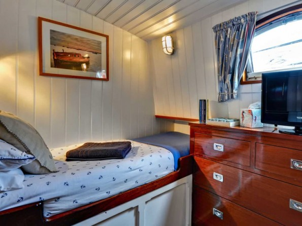 2 Bedroom Luxurious Dutch Houseboat on the River Deben near
