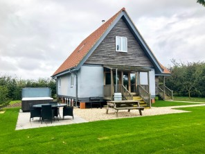 3 Bedroom Luxury Straw Bale Eco Bluebell Cottage with Hot Tub near Howden, Yorkshire, England
