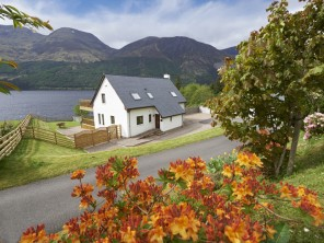 3 Bedroom Waterside House with Loch Views in the Highlands, Scotland